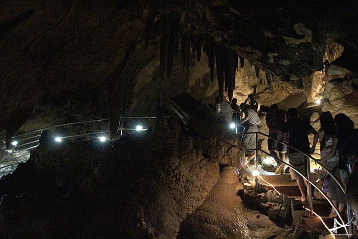 Grupo visitando as cavernas