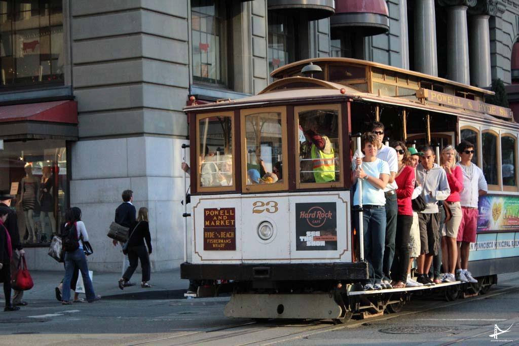 Turistas no cable car na Union Square