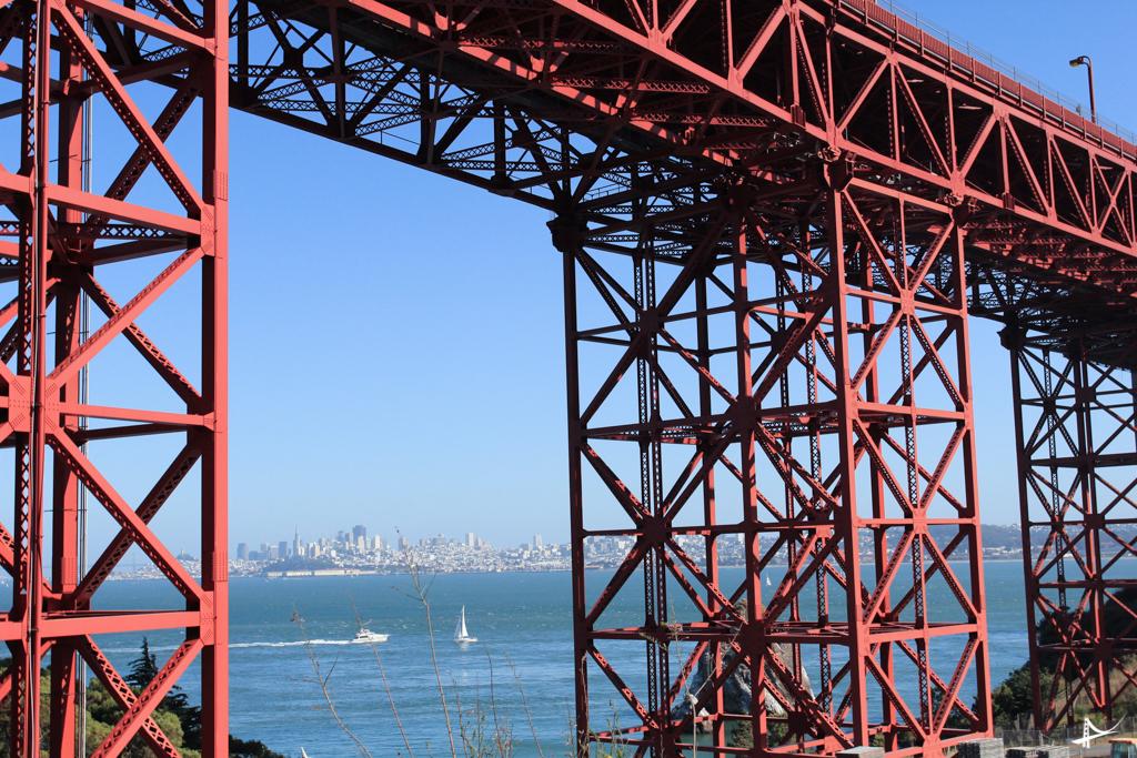 Foto debaixo da Golden Gate Bridge