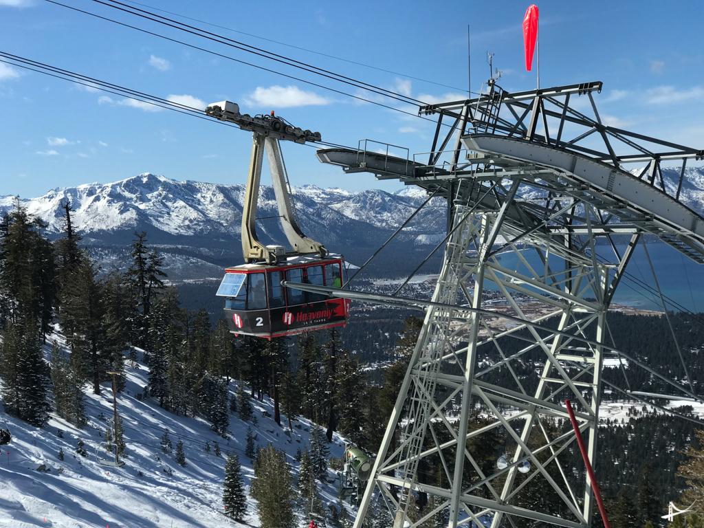 Tram em Heavenly - o tram sai do estacionamento do lado da Califórnia da montanha