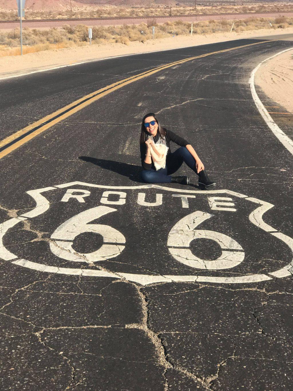 Foto da famosa rota 66 desenhada no asfalto