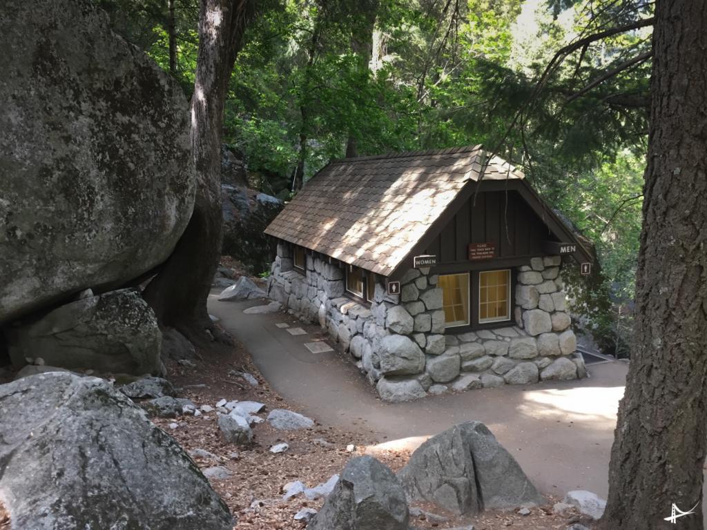 Banheiro no meio da trilha no Yosemite