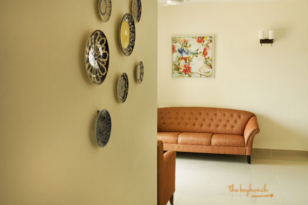 The decorative charming plates on a wall at the corner of the room | Style & Simplicity Home Tour | theKeybunch decor blog
