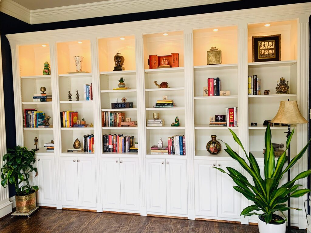 the reading room is decorated with vintages, green plants and books | Ruma's Indian Home in Texas | theKeybunch decor blog