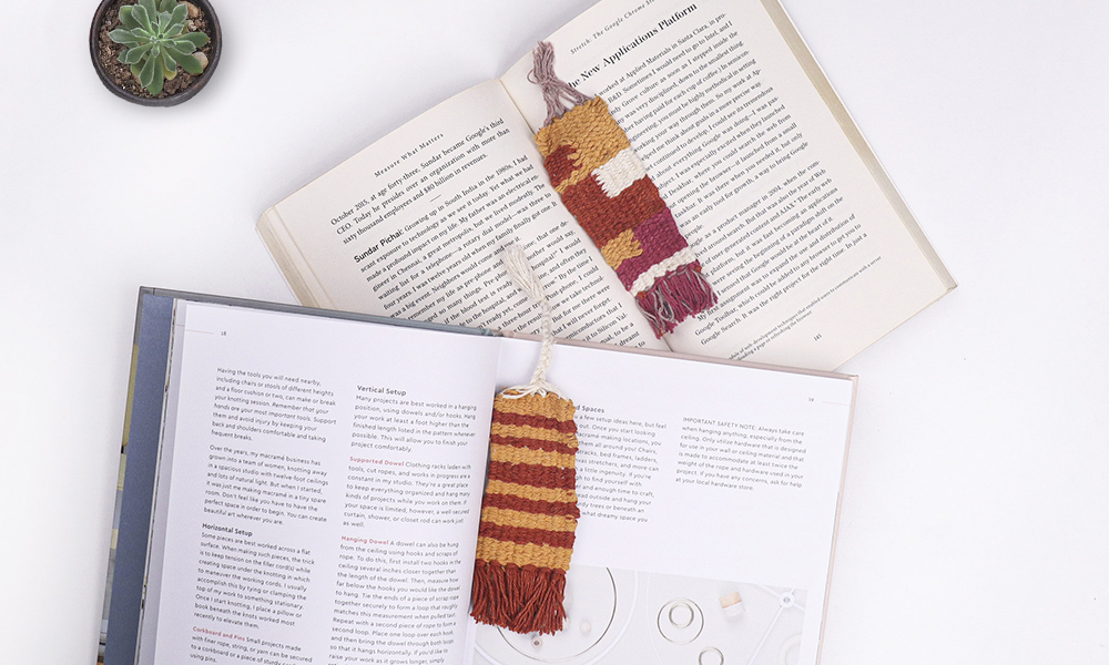 A Harry Potter inspired book mark with a home tapestry loom | 6 Tapestry DIYs on Muezart's home-use loom