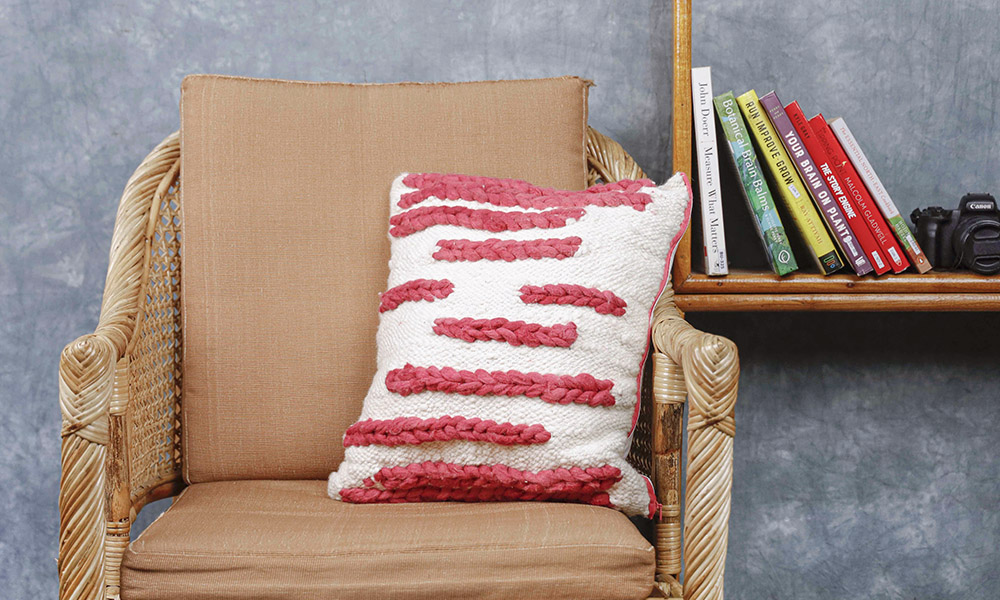 Woven cushion cover with a minimal design | 6 Tapestry DIYs on Muezart's home-use loom
