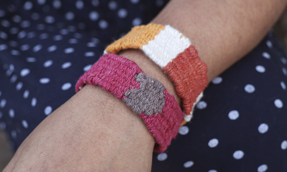A woven wristband made on the home tapestry loom | 6 Tapestry DIYs on Muezart's home-use loom
