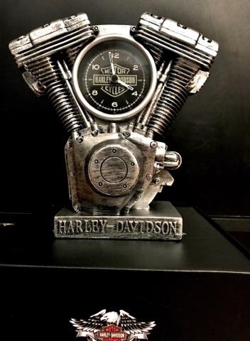 Relógio de mecanismo de resina esculpida com detalhes realistas e acabamento envelhecido em prata
