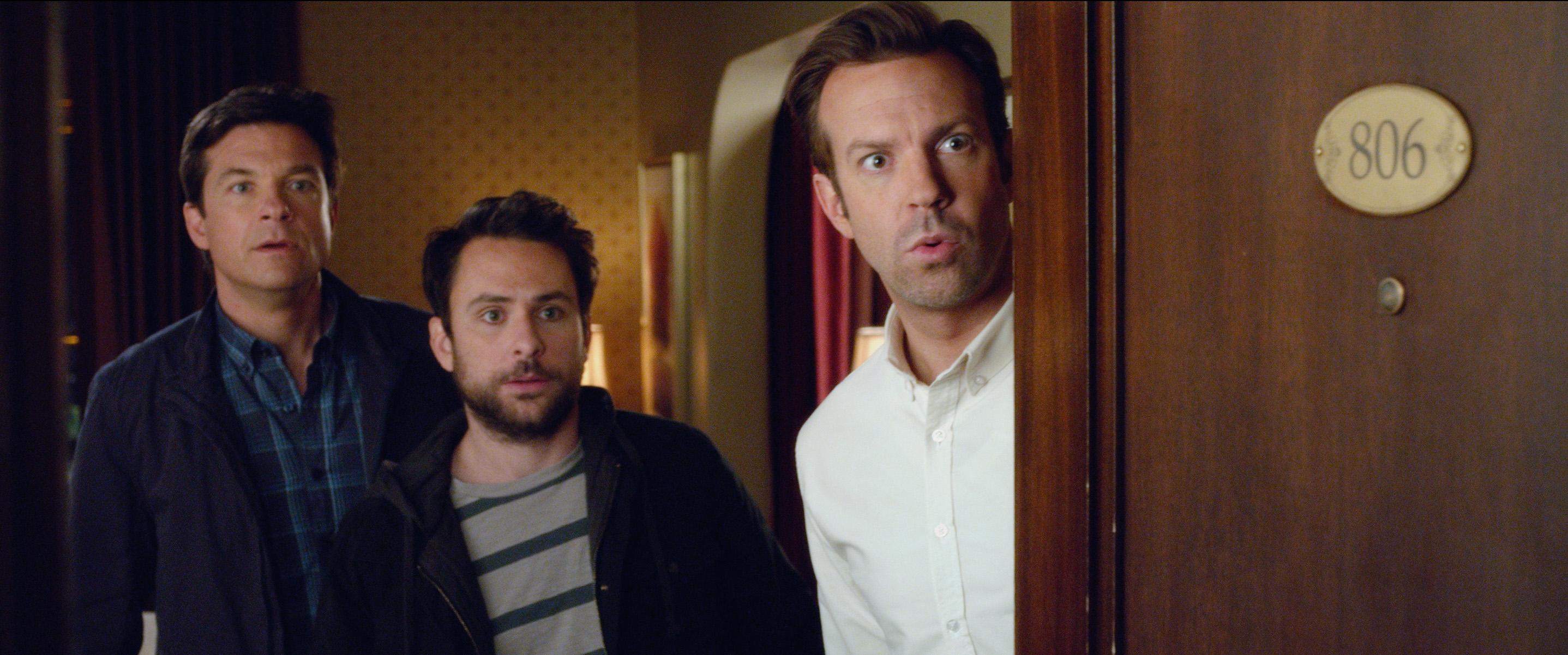 """2011 yılının hit komedisi """"Patrondan Kurtulma Sanatı/Horrible Bosses""""ın devam filmi, Jason Bateman, Charlie Day ve Jason Sudeikis'ı herkesin en sevdiği çalışanlar; Nick, Dale  ve Kurt, rollerinde tekrar biraraya getiriyor."""