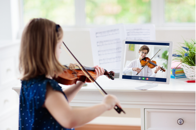 little girl learns violin through distance synchronous learning
