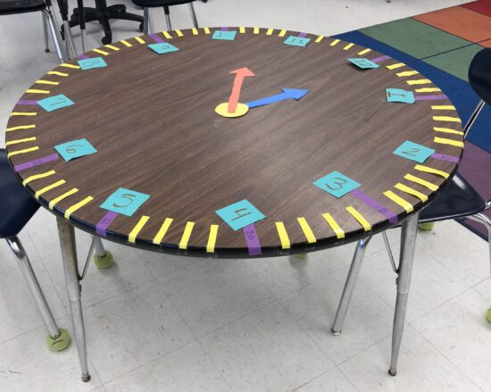 round table clock is used to teach children how to tell time