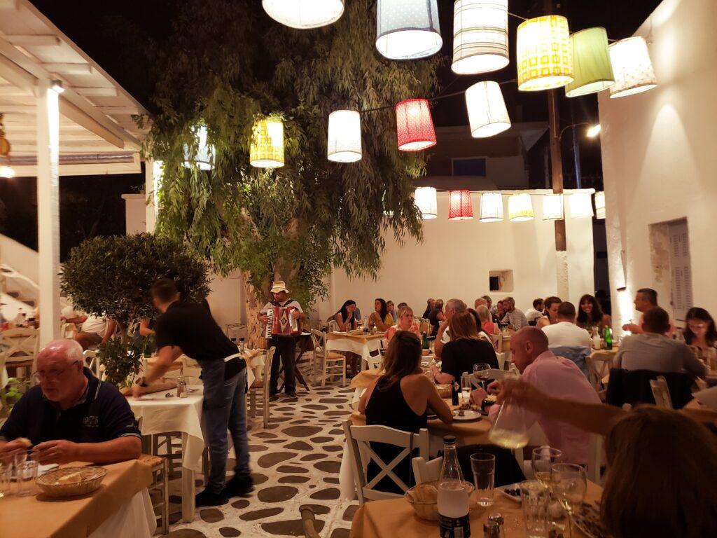 Naxos_restaurants_family_dinner
