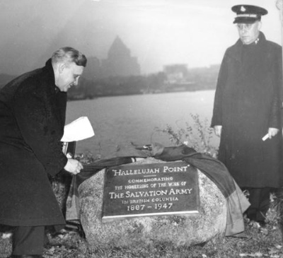 Colonel William Dray unveils the Hallelujah Point plaque commemorating 60 years of Salvation Army service (AM54 - MON P120)