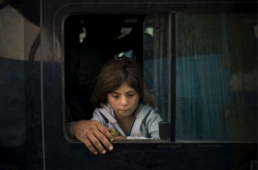 A young Syrian girl from Kobani arriving at the Ibrahim Kahlil Border Crossing in Iraq after travelling by bus from Turkey. UNHCR / D. Nahr