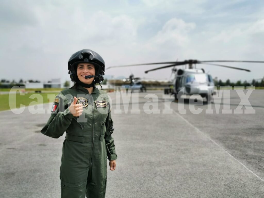 Capitara Emy Estrada Nieto comandante del UH-60M Black Hawk de la Guardia Nacional. Desfile militar 2020