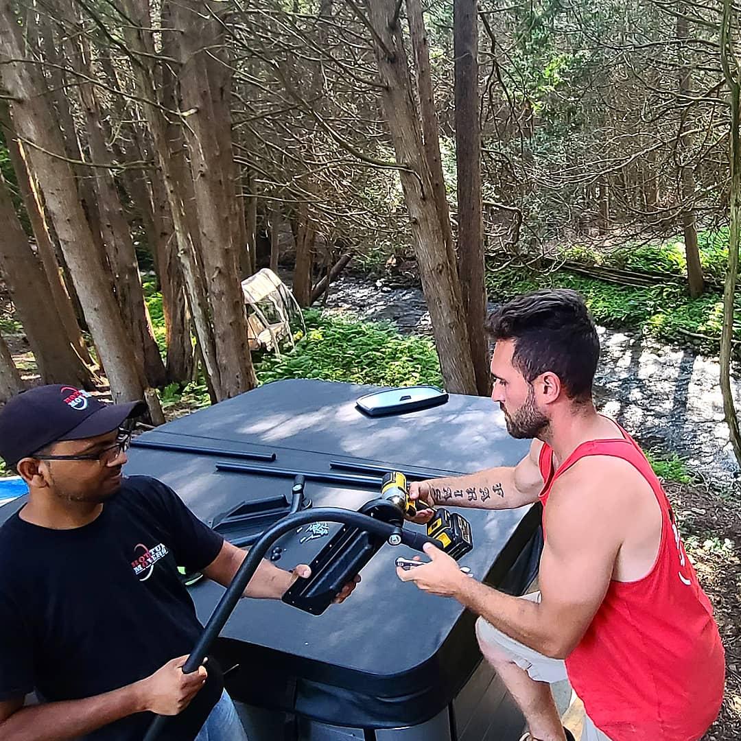 2 guys assembling a lift bar