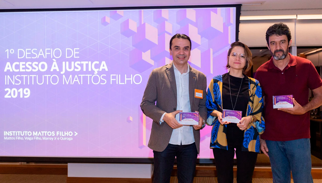Edson Diniz (left), Júlia Vidal and Eliseu José de Oliveira, the representatives of the three winning initiatives of the 1st edition of the Challenge of Access to Justice, in 2019