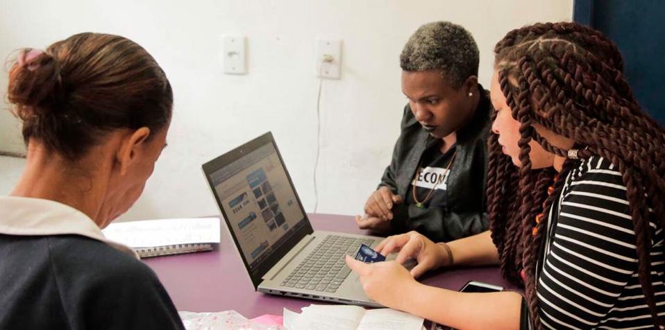 """O projeto """"Maré de Direitos"""", vencedor do 1º Desafio de Acesso à Justiça, oferece atendimento sociojurídico para moradores das 16 comunidades do Complexo da Maré"""