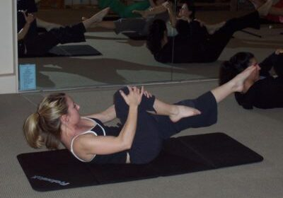 Mary single leg stretch Pilates session