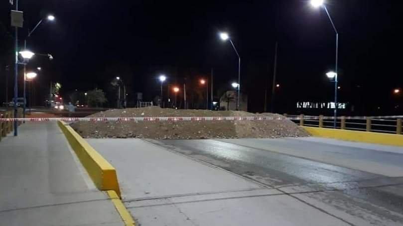 La noche en que los puentes de Roca fueron bloqueados con tierra