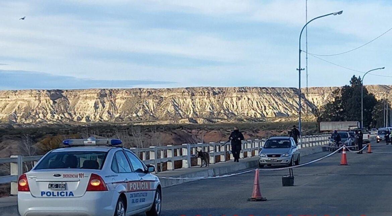 Abandonó el auto en el puente con una nota, la policía lo busca intensamente