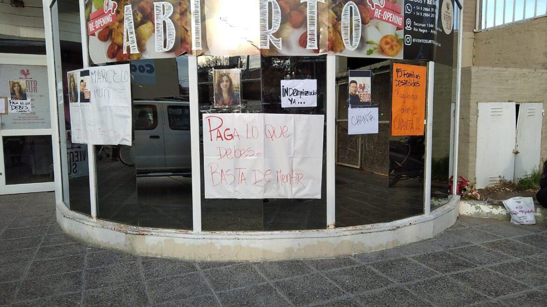 Trabajadores de un local gastronómico reclaman por el pago de sueldos e indemnizaciones