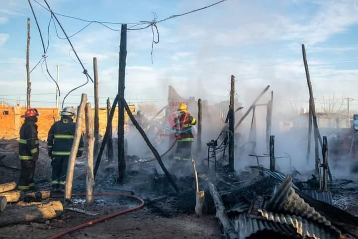 Se incendió por completo una casilla en Chacramonte