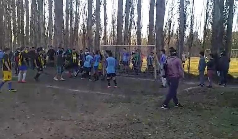 (VIDEO) Se picó: batalla campal en un torneo de barrio en «la española»