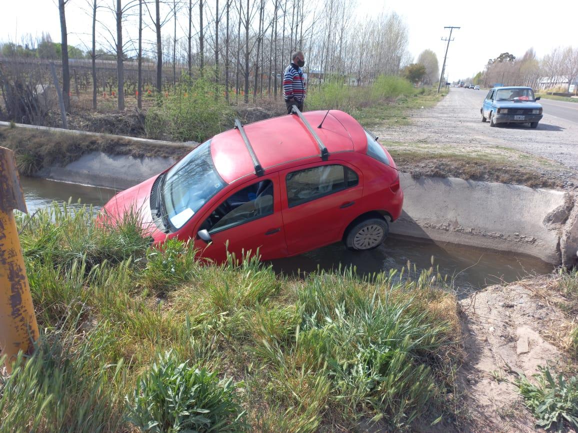 Terminó con el auto dentro del canal en el cruce de Felix Heredia y Ruta 22