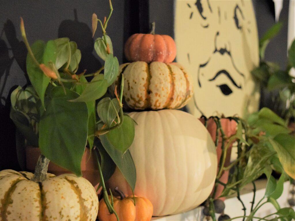 natural halloween mantel décor pumpkins templates diy project boho organic vintage unique farmhouse black bats templates wood floor fireplace