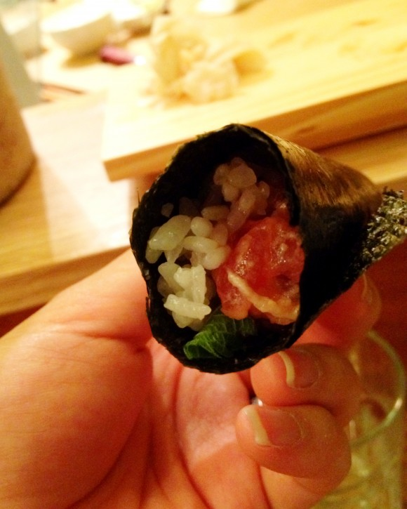 tanoshi - sushi 19 spicy tuna with shiso hand roll