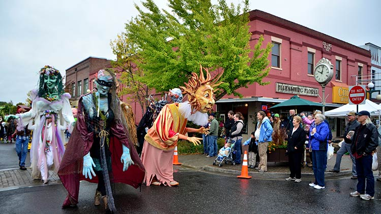 arts-parade-crowd