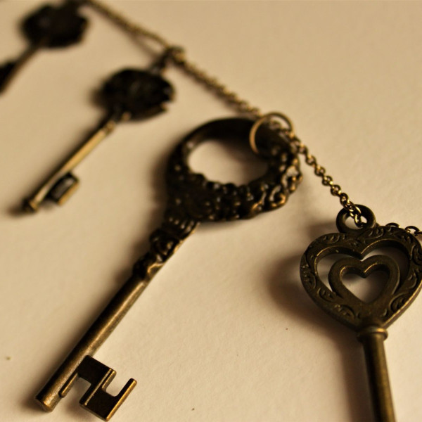 Gold chain with 4 old-fashioned skeleton keys