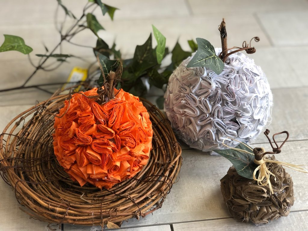 Learn how to make stunning pumpkins out of recycled paper. Super easy DIY. Textured paper pumpkin .Junk mail pumpkin diyLearn how to put your recycle paper into work in you fall decor. Le't make stunning paper pumpkin out of junk mail. Easy pumpkin DIY
