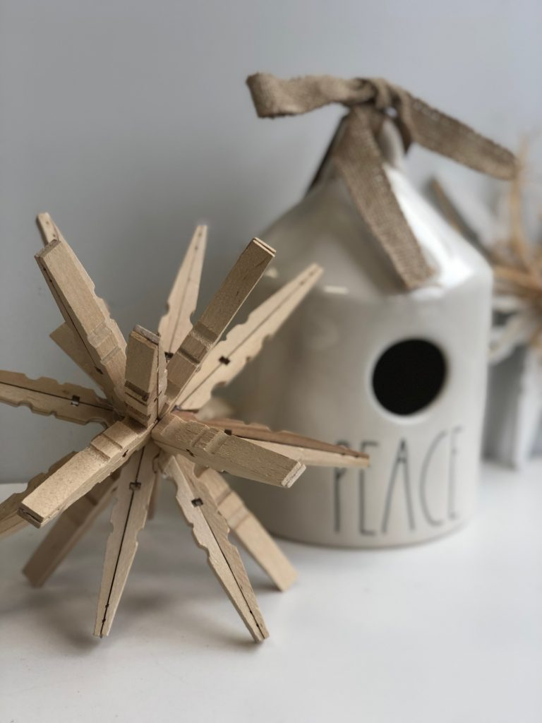 Rustic shpere made out of clothespins. Easy to follow intructions. Christmas rustic home decor