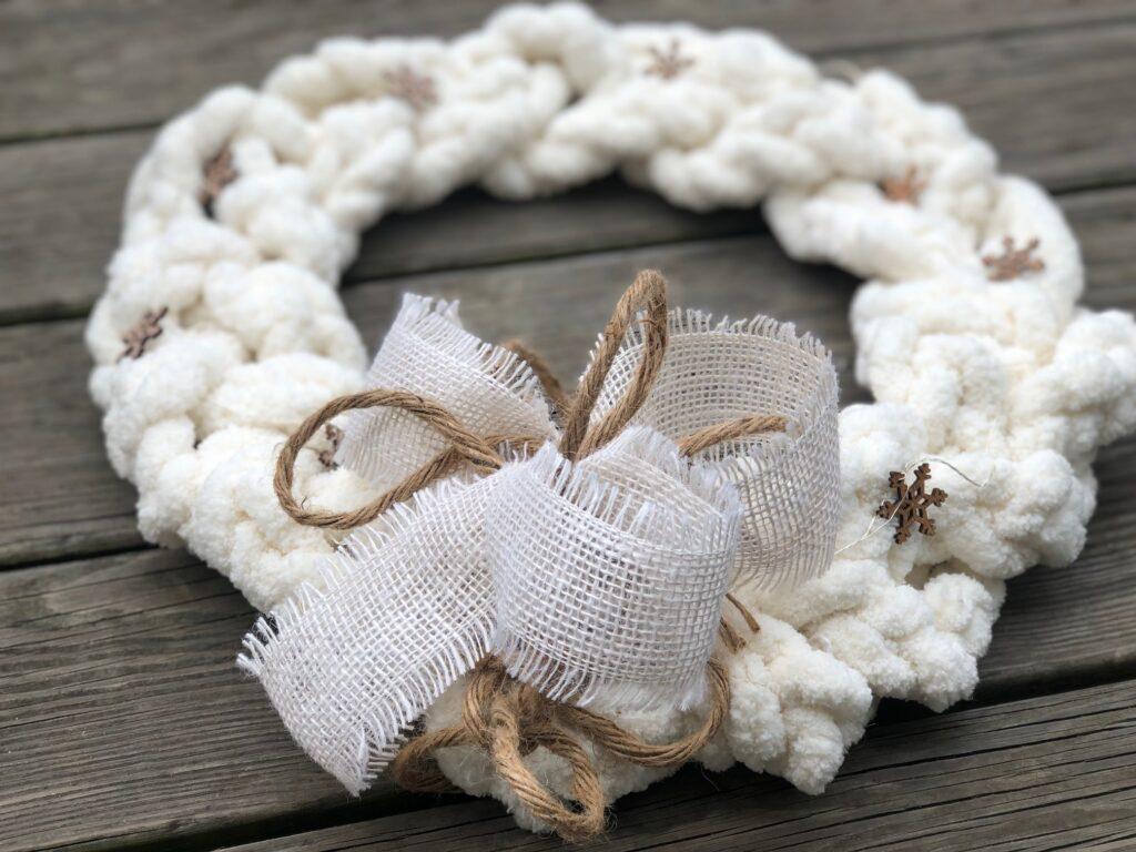 Learn how to make Braided Chunky Yarn White Christmas wreath. Easy simple Folded Bow. Christmas DIY