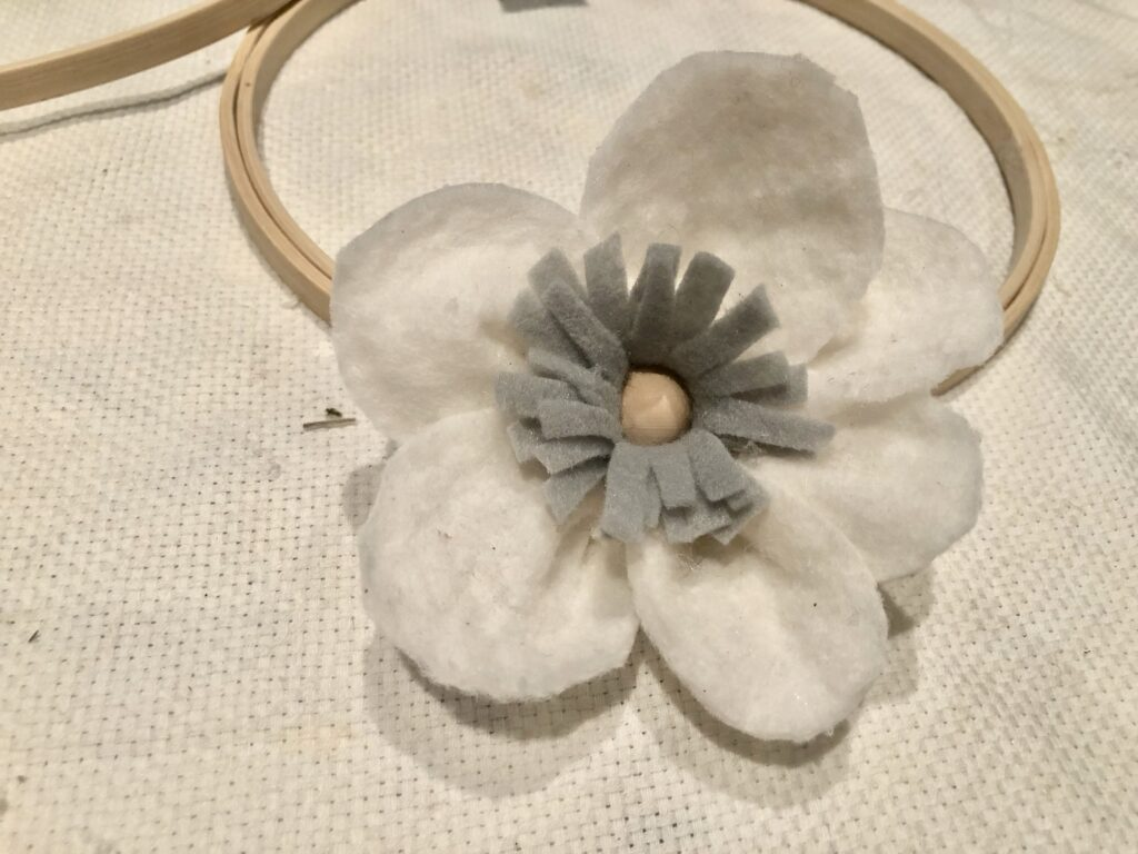 Do you love to make flowers? Learn how to make beautiful Easy Felt Flowers Wreath.Embroidery hoop whimsical felt flower wreath diy