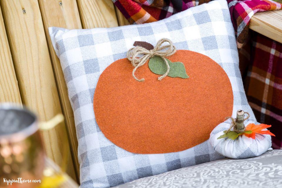 Easy Buffallo check fall pumpkin pillow.