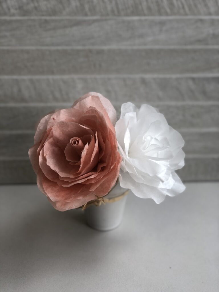 How to make a perfect rose out of book pages, coffee filter or burlap. How to dye coffee filters easy. Easy rose DIY. Book pages roses