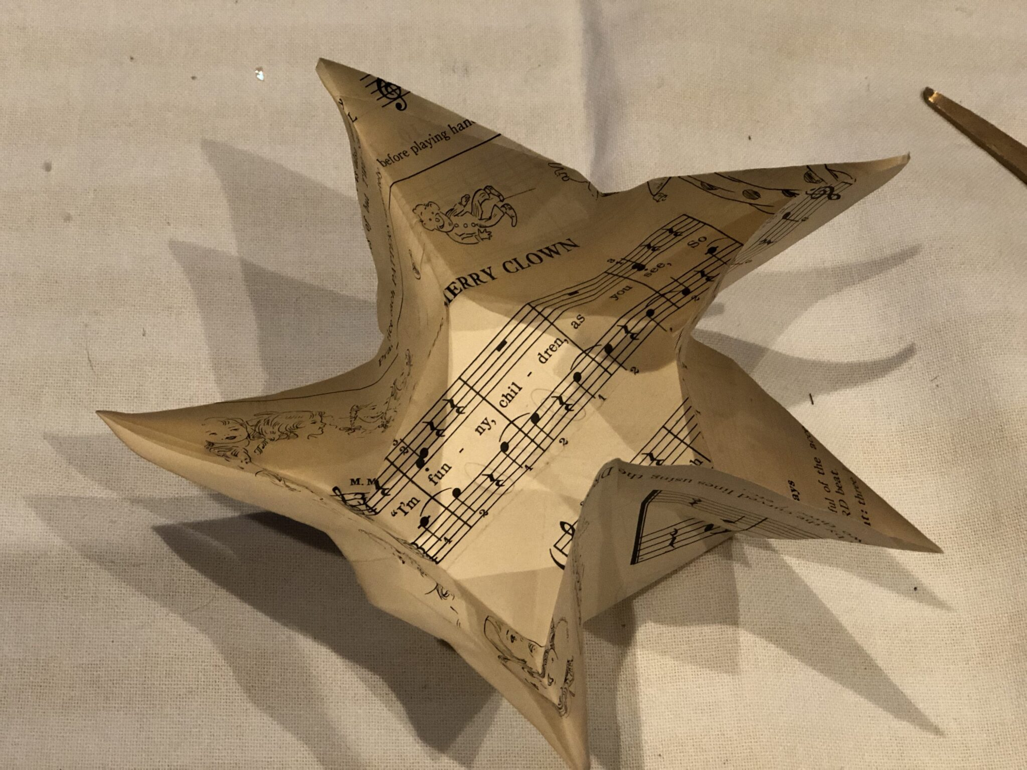 Learn how to fold this easy 5 pointed STAR. Perfect  Christmas ornament. Book pages easy star diy. Christmas star ornament diy. Easy paper craft star idea. Chrismtas star diy. Patriotic star.