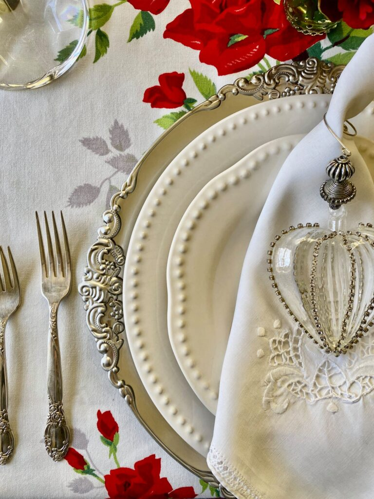 Valentines dinner for two tables capes. Blog Hop Valentine decor.Let's turn Dollar Tree hearts into one stunning Shabby Chic Valentines Day decor. How to make easy flower out of drop cloth .