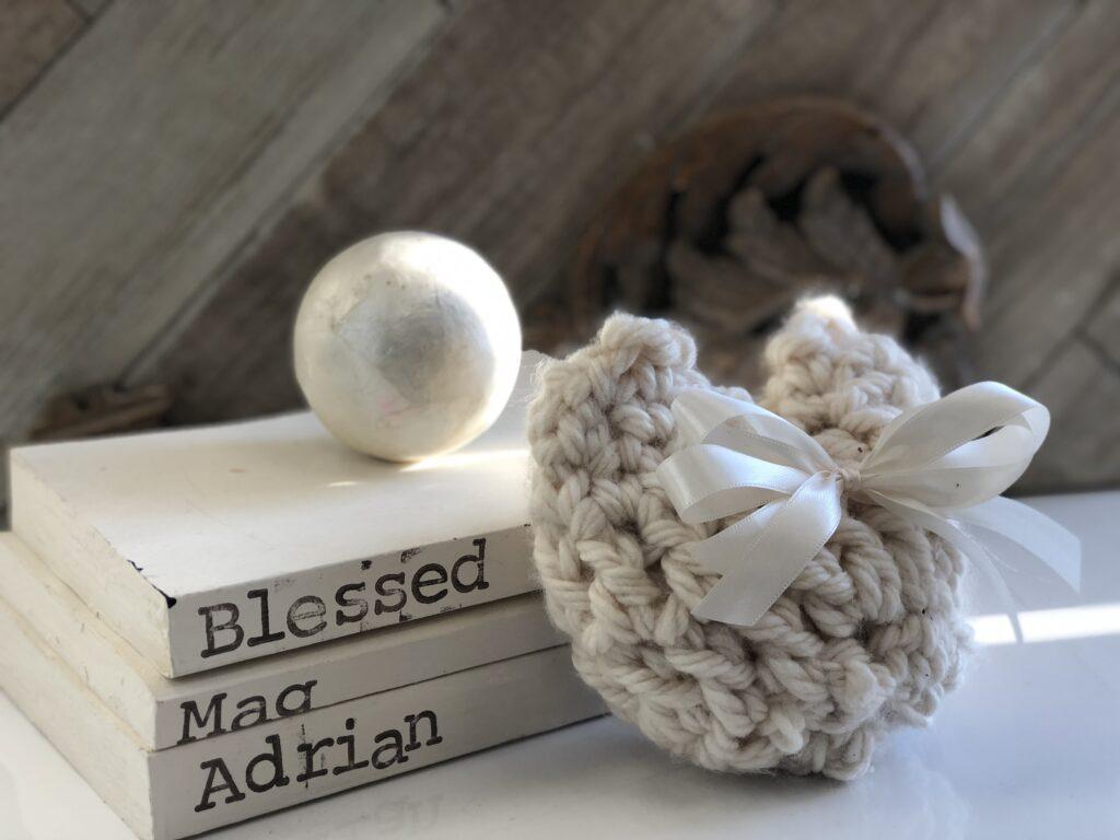 Learn how to make easy chunky yarn heart. Crochet easy heart diy. Valentines Day heart idea. Easy crotchet heart project. Valentines Day gift idea .Chunky yarn project