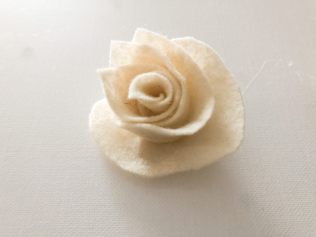 Felt rose diy.How to make a perfect rose out of book pages, coffee filter or burlap. How to dye coffee filters easy. Easy rose DIY