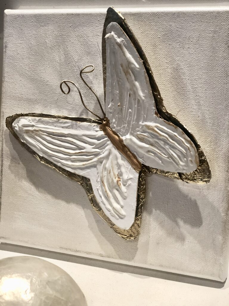 Learn how to turn aluminum soda cans into elegant floral wall decor. Soda can flowers diy. Easy aluminum flowers and home decor diy. Mixed media aluminum butterfly diy