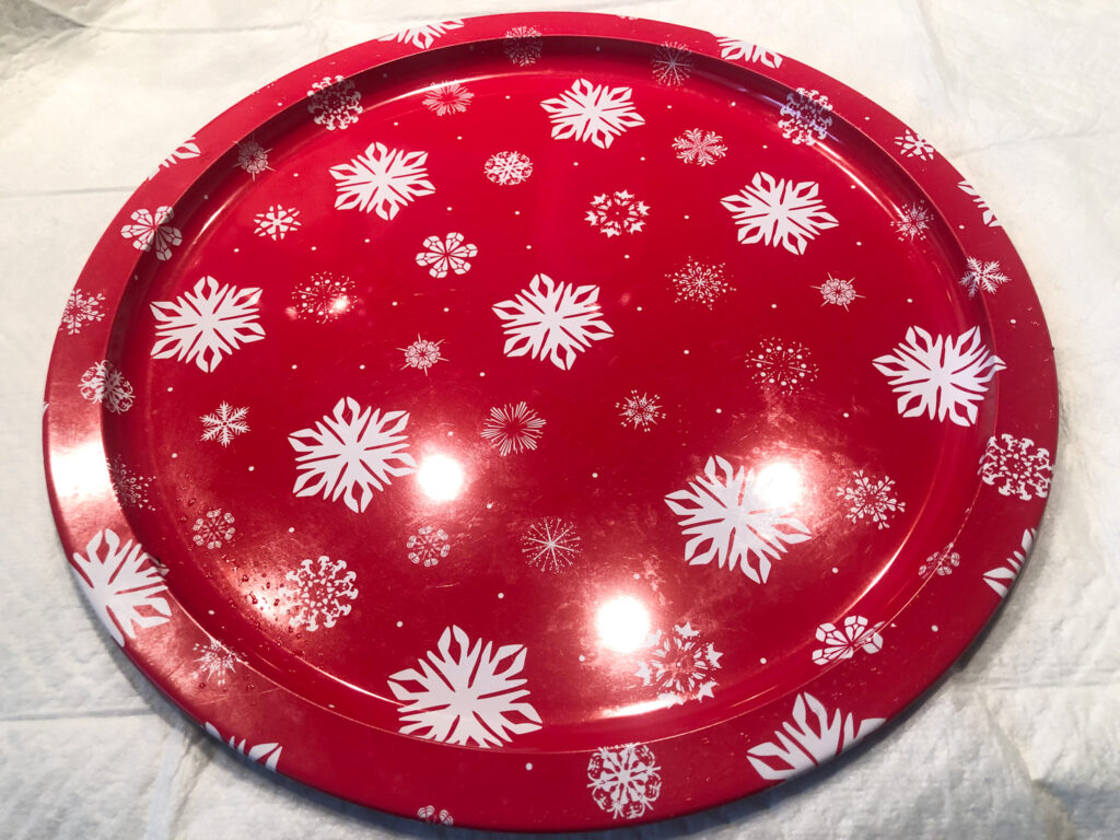 Learn how to transform pizza pan into one gorgeous piece of decor! MacKenzie Childs inspired resin pizza pan makeover into tray Learn how to pour resin