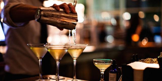 bartender-pours-drinks
