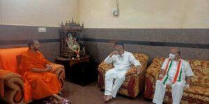 ಶ್ರೀಶ್ರೀಶ್ರೀ ನಂಜಾವಧೂತ ಸ್ವಾಮೀಜಿ ಅವರನ್ನುಭೇಟಿಯಾದ ಡಿ.ಕೆ.ಶಿವಕುಮಾರ್  ಹಾಗೂ ಟಿ.ಬಿ.ಜಯಚಂದ್ರ