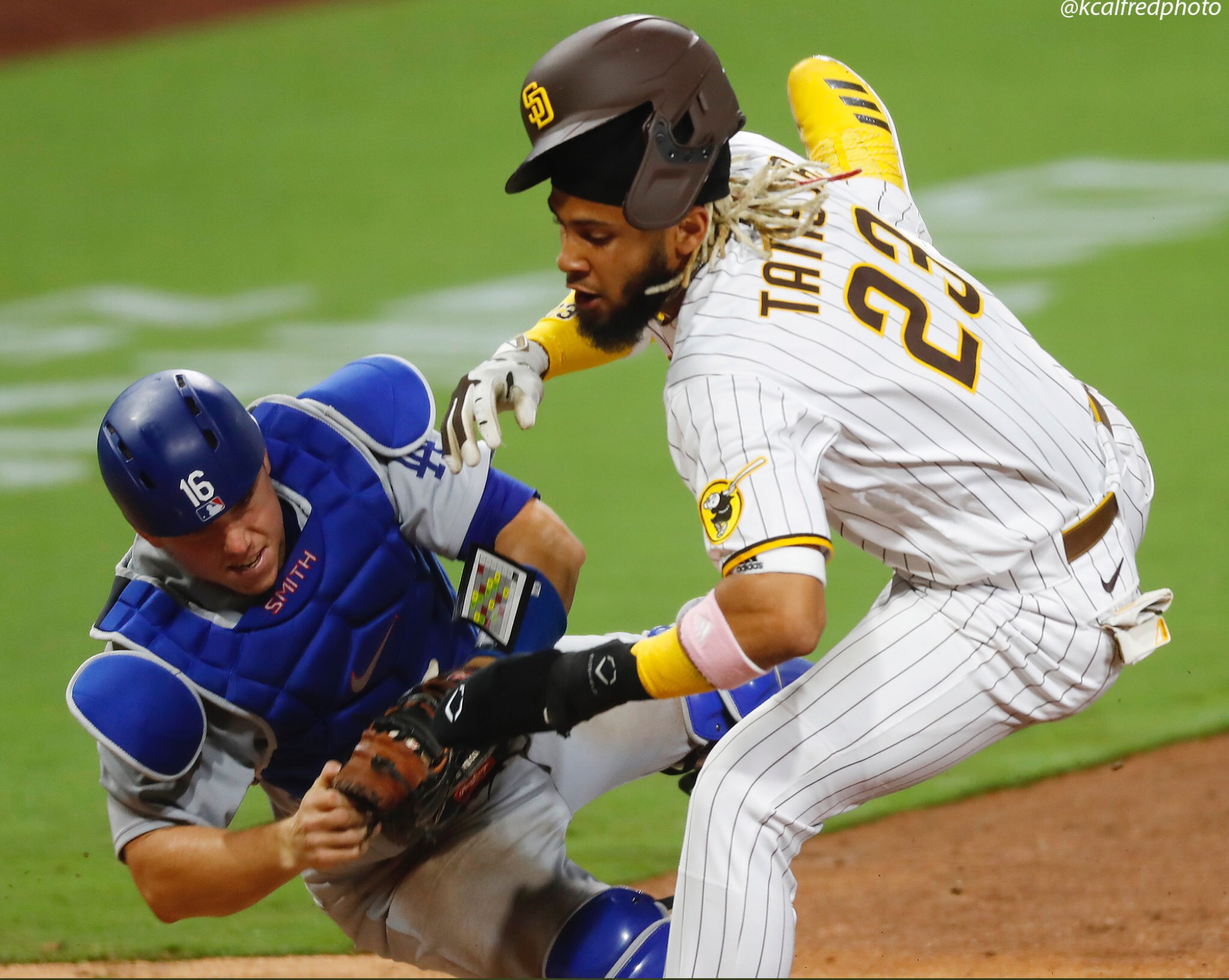 Rookie Cronenworth shines as Padres defeat rival Dodgers 5-4 in opener