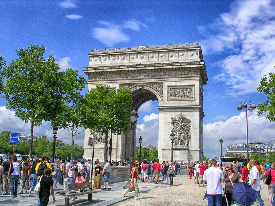 Arc_de_Triomphe_from_Avenue_des_Champs_Elysees_with_trees-1.jpg