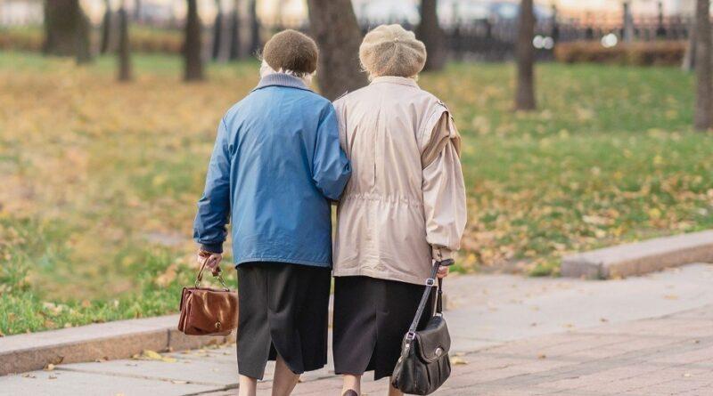 mujeres se disfrazan de abuelitas para recibir la vacuna contra el coronavirus 327747 2 602fd4b963b58